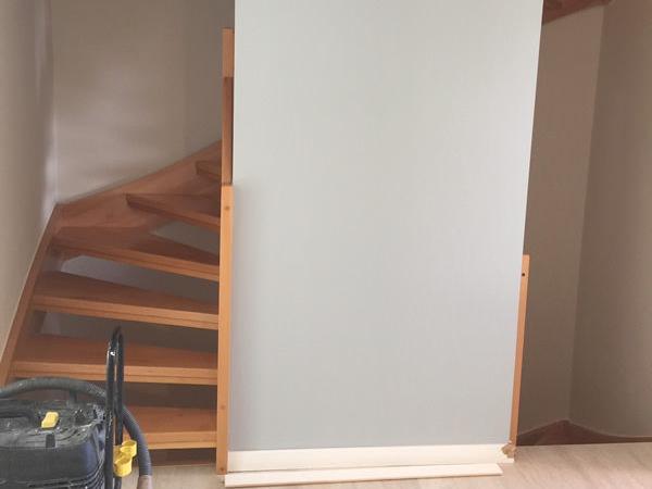 Die fertige Trockenbauwand verdeckt das Treppenhaus
