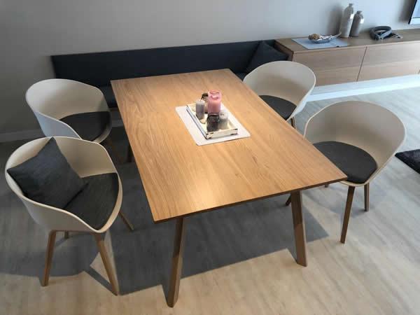 Fertige Sitzbank mit angefertigter Polsterauflage und Kissenauflagen für Stühle